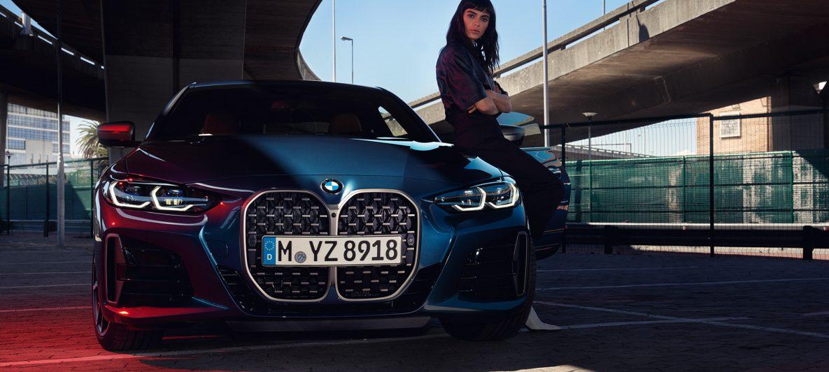 BMW 4er Coupé G22 2020 Arctic Race Blue metallic Frontansicht mit Doppelniere Frontscheinwerfer und Model