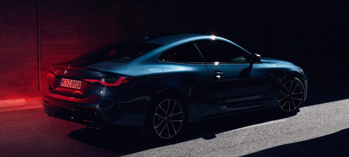 BMW 4er Coupé G22 2020 Arctic Race Blue metallic Dreiviertel-Heckansicht Schulterpartie mit Hofmeister-Knick