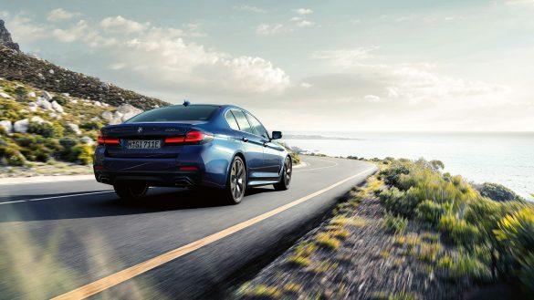 BMW 5er Limousine von rechts hinten auf der Straße