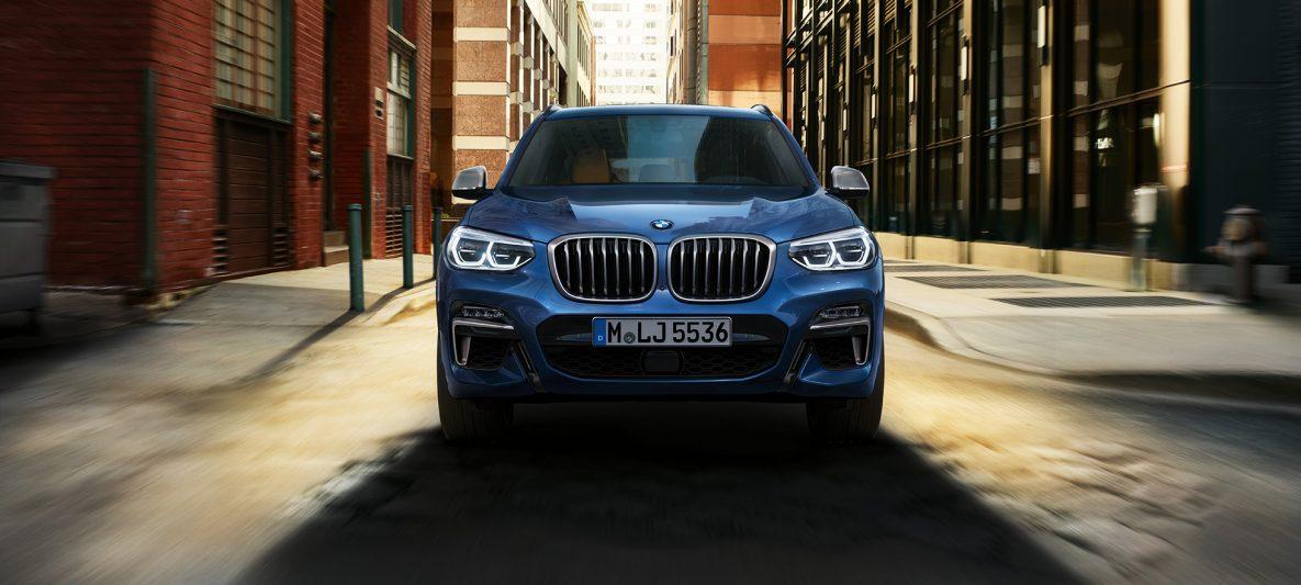 BMW X3 M40i, Frontaufnahme vor Stadtkulisse