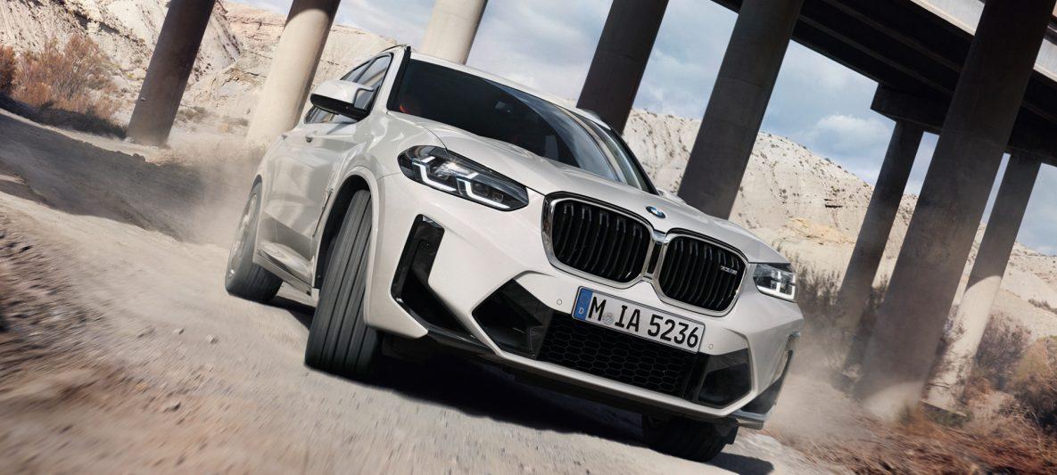BMW X3 M F97 LCI Facelift 2021 Alpinweiß Dreiviertel-Frontansicht fahrend durch Kurve
