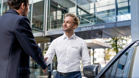 BMW Paket Care BMW Mitarbeiter schüttelt Kunde die Hand